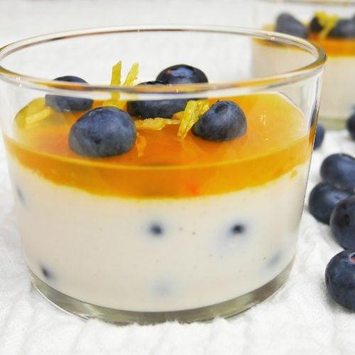 Panna cotta vegan aux myrtilles et gelée de citron safranée