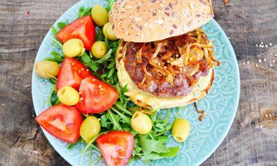 Hamburgers au brie et aux échalotes – Recette du livre la bible du barbecue Weber