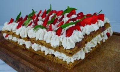 Gâteau d'anniversaire à la fraise et à la crème chantilly mascarpone