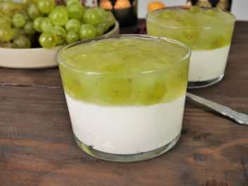 Mousse de yaourt grec et gelée de raisin – Une recette de HidaMarie Cooking