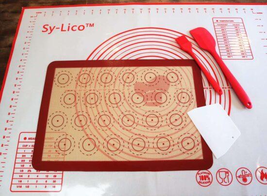 Découverte : le kit de pâtisserie Sy-Lico – Grand tapis de silicone et macaron au programme