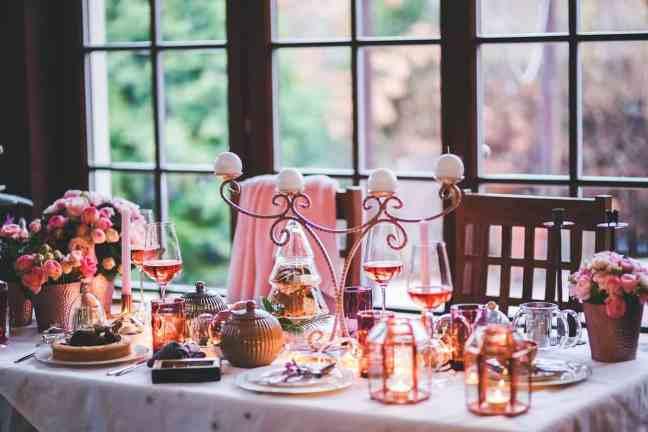 Une table avec de la vaiselle classique